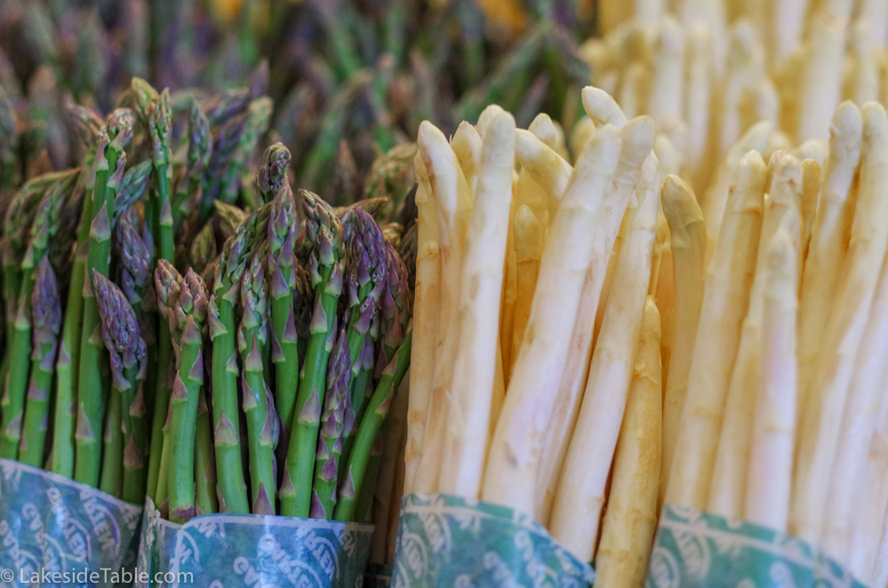 Raw green and white asparagus